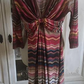 Den smukkeste kjole, virkelig flotte varme farver. Dejlig elastisk. Som ny! BM 44 x 2 (uden at strække ud) - L 99 cm. Sender gerne.