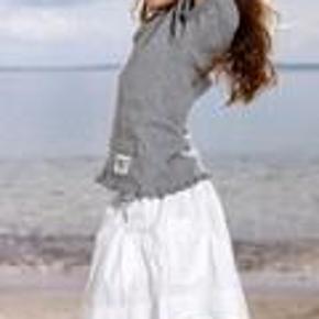 Varetype: NY Stina Skirt Størrelse: 146/152 - 11/12 år Farve: White Oprindelig købspris: 178 kr.  NY Stina Skirt i str, 146/152 i farven White.  Mindsteprisen er kr. 110+porto.  Jeg bytter ikke.