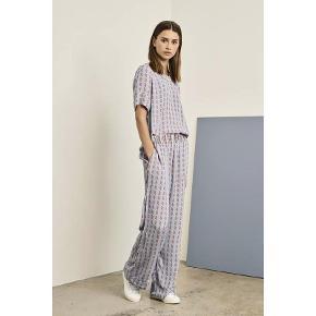 Bukser fra Cecilie Cpopenhagen aldrig brugt så fremstår som ny   der er elastik i taljen og side lommer  Bytter ikke