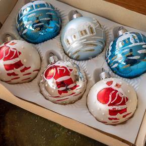 Æske med 6 dekorativ glaskugler med snelandskab og julemænd. . 125,-
