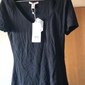 Helt ny Basic T-shirt  fra Anna field har ikke brugt den