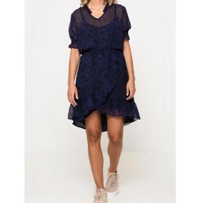 Kjole fra mByM i str. M. Ny, med prismærke. Kjolen har et tyndt, transparent, sort/blåmønstret lag udover en mørkeblå underkjole med stropper.  Smukke detaljer.  NP: 600 kr.