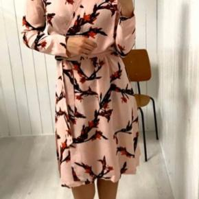 Skøn Samsøe kjole i det smukkeste print.  Aldrig brugt eller vasket, kun prøvet på. Bytter ikke. Materiale: silke Farve : lyserød Nypris : 999,-  Se også alle mine andre kjole annoncer ❤️