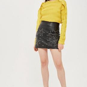 Super smuk bluse med flæsedetaljer på ærmerne. I plissemønster. Brugt 2 gange. Polyester.   Giver gode mængderabatter 🌸