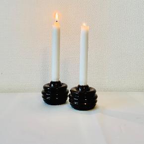 2 stk Cono lysestager til kronelys. Designet af Marianne Nielsen for Kæhler. Højde: 9 cm Nye og i æske.