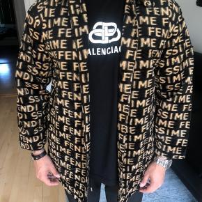 Fendisme jakke, ingen flaws :-)   Står til ~20000 på farfetch  4000 er mindsteprisen så frabeder bud under  Tager også trades 🤘🏽