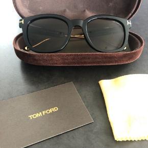 """Sorte Tom Ford briller med guld. Er aldrig blevet brugt, men har desværre fået et """"tryk"""", så der er en lille revne i brillekassen indvendig (se billede). Sælges, da det er en gave og bruger desværre selv briller med styrke. Giv et bud:)"""