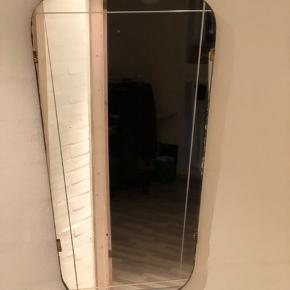 Det fineste spejl fra 50'erne. Så mange fine detaljer; små messingklemmer i kanten, slibninger og teaktræskant. I lettere patineret stand. Ingen skår eller skader. Mål foroven 30cm Mål forneden 22cm Højde 52cm