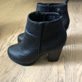 Fine sorte støvler der altid kan redde et outfit. Jeg kan ikke huske hvor jeg har købt dem. De har plateau foran, så de virker ikke så høje at gå i.   Kan sendes for købers regning 🌸
