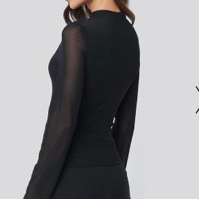 Sælger denne smukke bluse fra Hanna Licious/Friberg x na-kd. Den er brugt én enkel gang i meget få timer. Sælger da jeg ikke bruger den🌸
