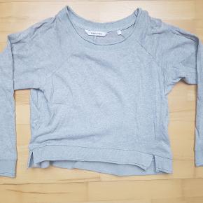 Won Hundred tynd grå 'Lovisa' sweatshirt med små slidser i bunden af hver side. Fremstår pæn og uden tydelig slitage. 100% bomuld.