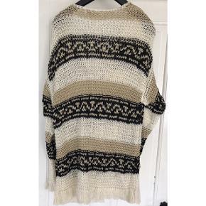 Oversize Sweater i 42% polyester, 41% acryl, 5% mohair, 12% nylon. Brystvidde: 65 cm. X 2. Længde: 90 cm.