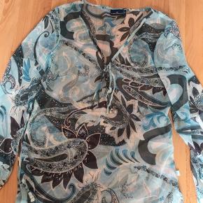 Fin let bluse/ skjorte i lækre lyseblå farver. Kun brugt 3 gange.
