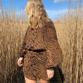 Sælger denne kjole fra Ganni i str S. Sælges billigt da jeg ikke bruger den og bare skal af med den. Sælges for kun 400 plus porto