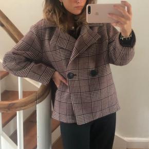 Smuk kort frakke fra Zara, aldrig brugt ☀️