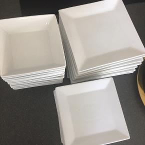Firkantet hvid porcelæn sælges. Der er 11 af hver. Middagstallerken: 25cm. Frokosttallerken: 19cm. Dybtallerken: 17.5cm