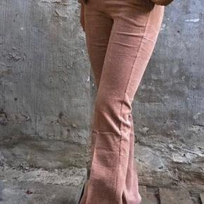 Sælger disse fløjls neo noir bukser   Small,150 kr  Jeg har brugt dem max 1-2 gange