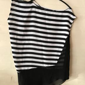 """Zara Basic  Sort og Hvid stribet Bluse/Top med sort kant forneden. Den sorte kant går op i venstre side som en flot effekt på Blusen/Toppen.  Blusen/Toppen afsluttes i en flot skrå detalje.  Længden på blusen er til omkring midt på låret  Mulighed for """"Køb nu"""" eller mødes og handle :)"""