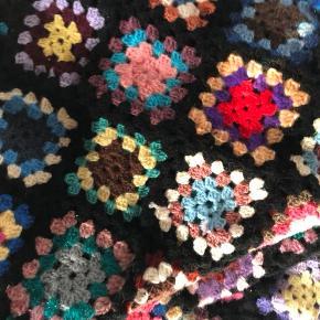 Hæklet plaid/tæppe i alle flotte farver. Har ligget i omkring 40 år i en pose.  Str. 170 x 190 cm. Ca.