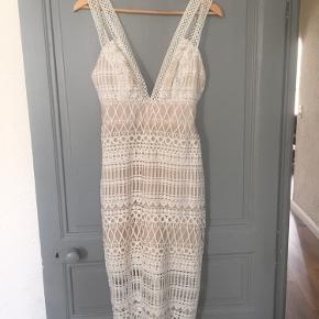 Smuk kjole fra ASOS DESIGN. Brugt 1 gang aldrig vasket ingen tegn på slid.