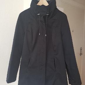 Lækker sort jakke med høj krave.  En smule blank look i stoffer.  2 lommer og knapper. Str 44 -  men vil sige en lille 44.  Pris 100kr. Afhentes i Nørresundby eller sendes med DAO for 37kr