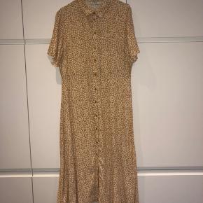 Flot og populær kjole fra Pieces, str. L men til den lille side.  Udsolgt mange steder.   Mp. 200,-