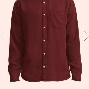 Flot rød - okseblodsrød skjorte lavet i det behandling, slidstærke og miljøvenlige materiale tencel. Model Errico pocket. Ny pris 1200 Mp 650