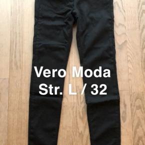 """Helt nye sorte jeans - købt i forkert størrelse.   Bukserne er aldrig brugt og har stadig prismærke.   Mærke: Vero Moda Model: VMLUX NW super slim jeans Størrelse: L/32"""" Nypris: 459,95"""