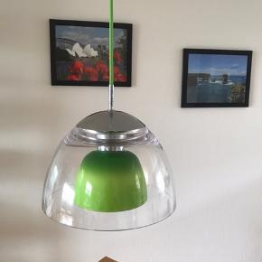 Spisebordslampe med 2-lags skærm i hhv. klar og limegrøn.