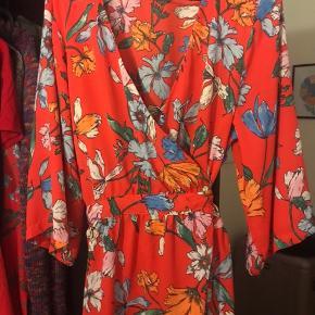 Sød tunika med bindedetalje😊 Jeg sælger den, da jeg aldrig har gået med den og synes det er synd at den bare hænger i mit skab.