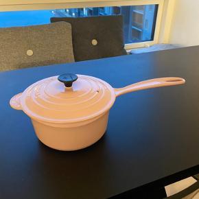 Le creuset lyserød   I virkelig god stand(det indeni gryden kan fjernes ved at koge en opvasketabs i gryde, men ejer desværre ikke en vaskemaskine så kan ikke selv få det gjort)   Skal afhentes i Aalborg/Nørresundby