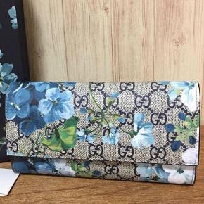 Sælger denne smukke pung fra GUCCI's populære BLUE BLOOMS Collection.  Den er aldrig brugt, og standen er derfor super god. Intet medfølger udover pungen.  Jeg har ikke travlt med at sælge den, så venter på det rette bud 🦋  Billeder af egen pung kan tilsendes, såfremt det har interesse.