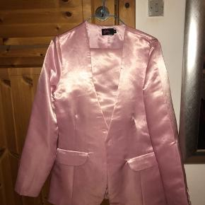 Sælger dette flotte lyserød suit! Det er brugt en gang. Det er satin og købt fra nakd. Sælges for 300 kr samlet det er en str 36 både over og underdeln