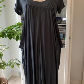 Super fin kjole fra Ilse Jacobsen, med lag på lag efekt, str. M. Kjolen har kun været brugt ganske lidt og ser næsten ud som ny. Længde 97 cm og Brystomkreds 84 cm. Kjolen kan strække sig lidt. Fra ikke ryger hjem.