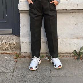 Helt nye habit bukser fra acne. De er stadig på hjemmesiden. De er størrelse 36 og har et fint presfold foran og bagved. Nypris er 2700kr, sælges for 1800kr