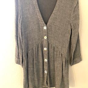 Fineste bluse med knapper fra ZARA. Brugt 2-3 gange. 🍀