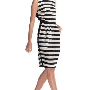 Virkelig lækker kjole som sidder hammer flot på.  Bryst 102 cm  Længde 106 cm  Style Lullian Brugt et par gange