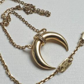 Flot halskæde med vedhæng med små zirkonia sten i lyst 14K guld forgyldt sterling sølv. Kæden kan sættes til 39 eller 40,5 eller 42 cm. Den er stemplet 925. Der sidder et mærke på med: LOLAS LOVE og LIVE TO LOVE på.  Prisen er fast.  👉 Tryk på mit profilbillede for at finde flere smykker med beskrivelser og priser 🍀