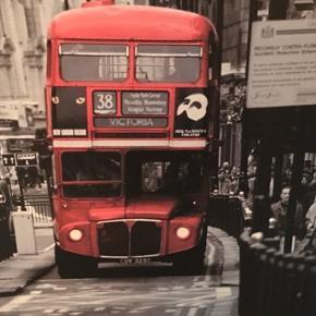Flot billede af dobbeltdækker London bus i downtown London. I flot grå ramme. Mål: 140x100cm