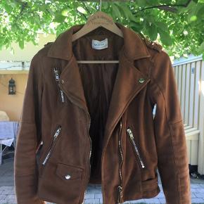 Lækker jakke fra Sparkz i str S. Den er brugt, men i god stand.