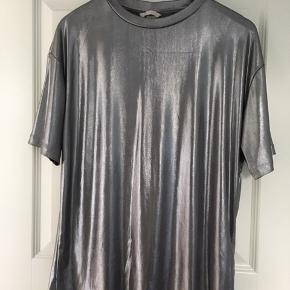Super fin Metallic/sølv t-shirt fra H&M Trend.  Aldrig brugt.  Str. 36 men loose fit.