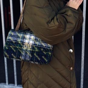 Smukkeste taske fra Balenciaga. Nyprisen var 11.250 og den er brugt omkring 3 gange. Den har lige været i butikkerne (ved ikke om den stadig sælges)