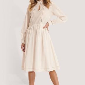 Kjolen er i en varm hvid farve