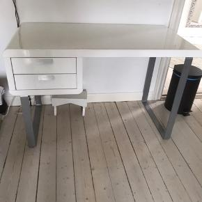 Skrivebord hvid højglans med 2 skuffer.  Mål 120 cm x 59 cm. Højde 75