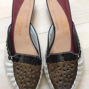 De smukkeste sko med tre forskelige typer materiale.  Helt nye og unique. Mærke drummond har givet 1499kr for dem