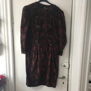 Flot vintage - retro kjole med pufærmer. Svarer til en 38-40. Stoffet er velour agtigt, men er 100 % bomuld. Standen er god. Mål: længe: 106 cm, bryst: 2*47, talje: 2*43. Lår: 2*55 cm.