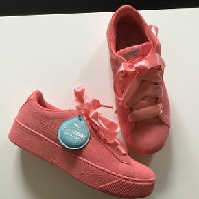 Helt nye sneakers fra PUMA. De er med softfoam, og virkelig behagelige at have på, men desværre ikke mine. Oprindelig købspris 600 kr Sælges for 275 kr