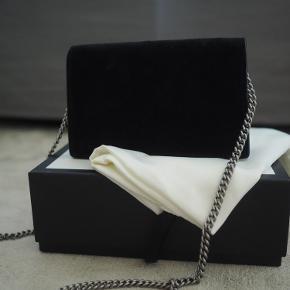 Sælger min Gucci Dionysus suede super mini bag.   Har sat den som 'God men brugt' da den er i rigtig god stand uden slitage hverken indvendig eller udvendig, men da det er ruskind er der meget få steder der er aftegn.   Der medfølger både box, dustbag og kvittering.   Skriv for flere billeder☀️