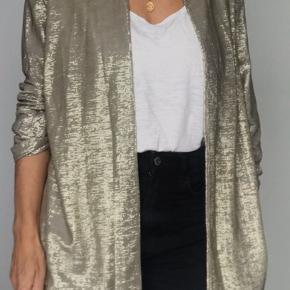 Super sej cardigan i flot guldmetallisk farve. Elegant materiale der falder flot.