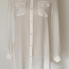 Lang skjorte kjole i råhvid med plisse på ryggen. Den er svagt transparent. Der står M i den men den er stor i størrelsen. Bryst 53x2. Længde midt 77 og i siderne 99.   Kig forbi mine annoncer 😊 Altid mængderabat